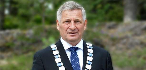 Gratulasjon fra Drammens ordfører Tore Opdal Hansen med Klimaprisen for 2017