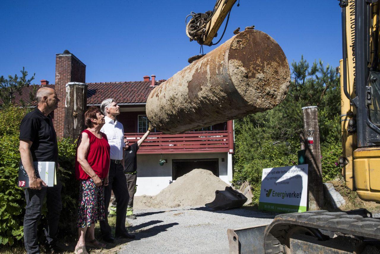 Anita og Vidar forteller Klima- og Miljøminister Ola Elvestuen om sine erfaringer med å erstatte oljefyren med varmepumpe
