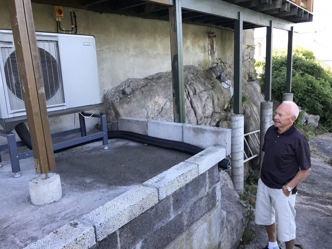 Rolf Thomassen har bygd fundamentet til utedelen selv, strategisk plassert under verandaen